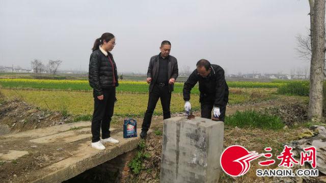 管理站职工养护渠道闸门,为即将开始的春灌做准备(摄影 王宏)