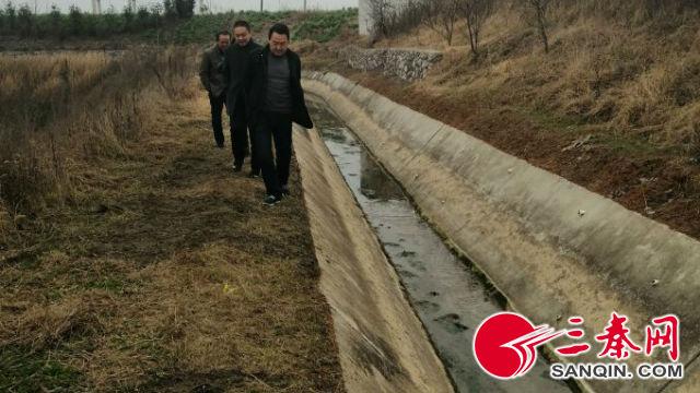 段家山管理站的包片职工徒步巡查渠道(摄影 周兴)