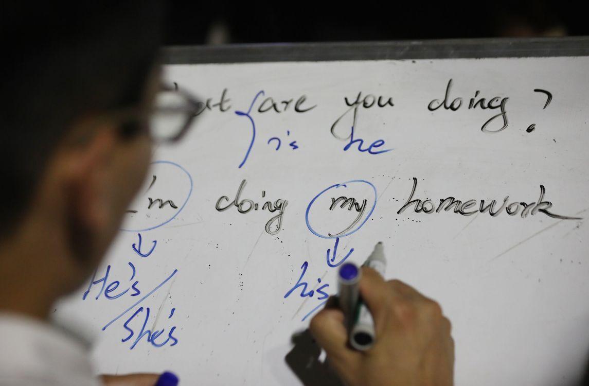 27岁小伙城墙下公益教英语