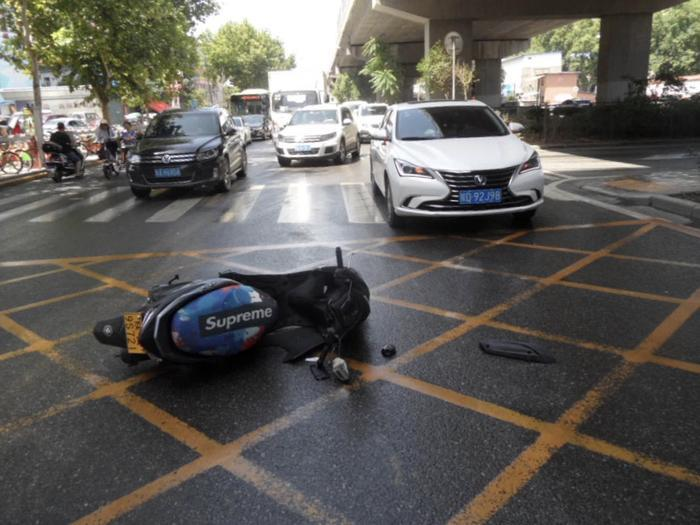斑马线前不减速         轿车撞翻摩托车