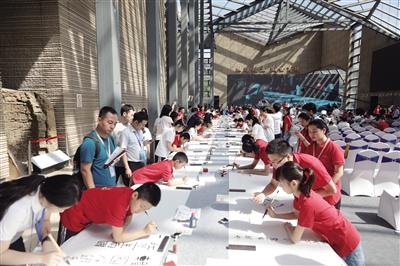 中日韩近百名青少年书写唐诗百米长卷