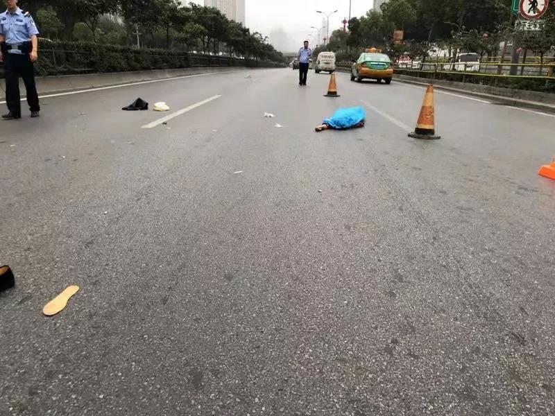 73岁老人被撞亡追踪:肇事车辆系黑色凯美瑞  警方已锁定肇事司机