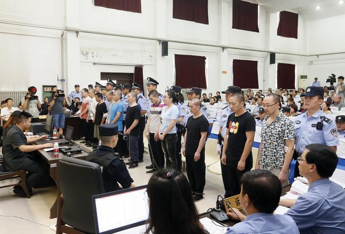 假招工 假网恋 非法拘禁 暴力抢劫     11人恶势力集团今天受审