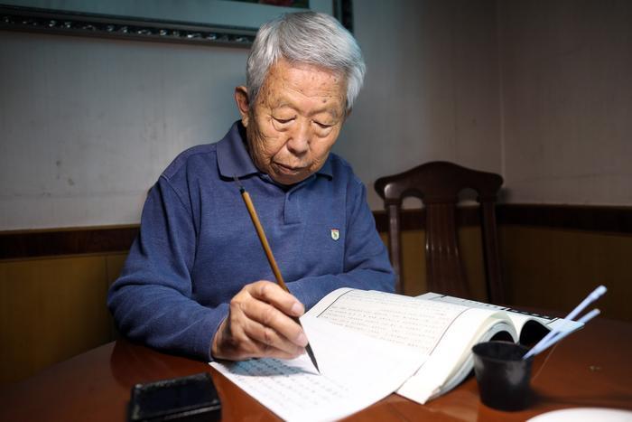 """86岁老人坚持25年毛笔抄名著      累计120多册 希望作为""""传家宝"""""""