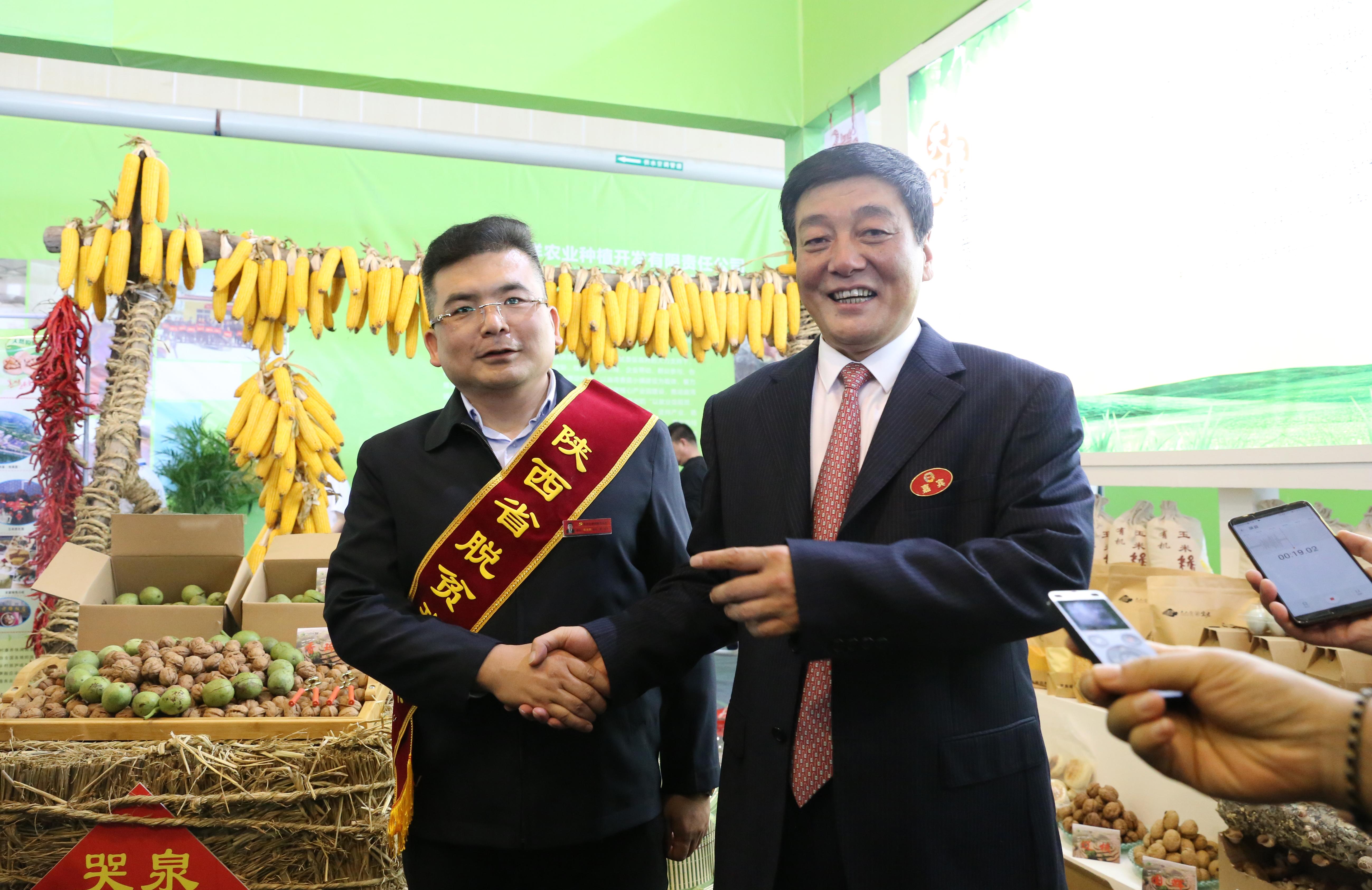 """铜川市委书记扶贫产品交易会上推介""""玉米书记""""靳康鹏"""