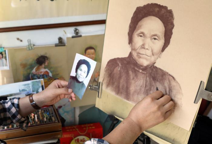 """西安64岁须眉自学""""粉笔划""""45年   法国画家赞赏""""粉笔居然如许奇异。"""""""