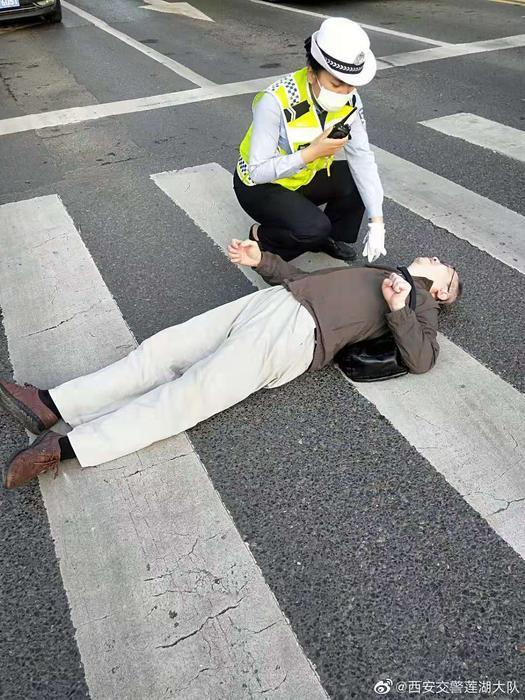 点赞!女交警帮扶突然发病老人      她说:不穿警服也会这么做
