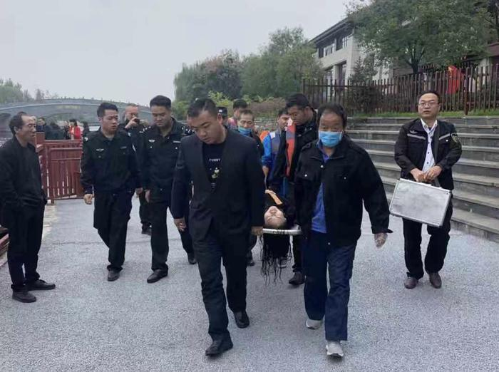 女子汉城湖落水    众人联手施救