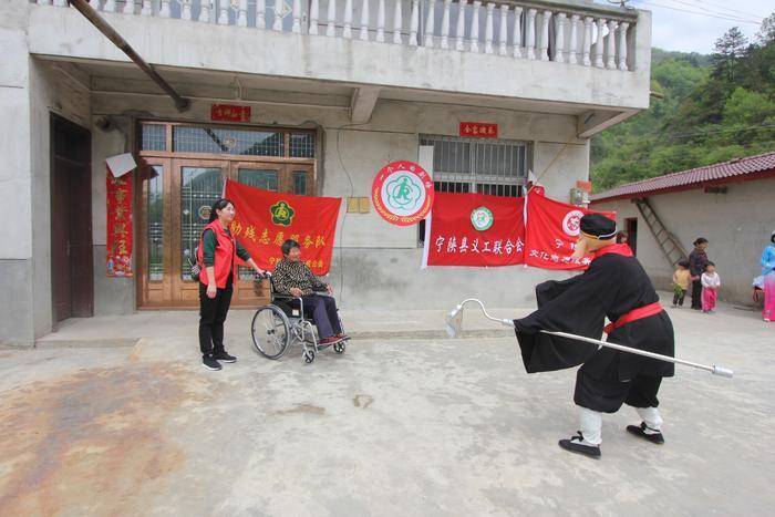 """为重度残疾人送演出 宁陕县开展""""一个人的剧场""""志愿服务活动"""