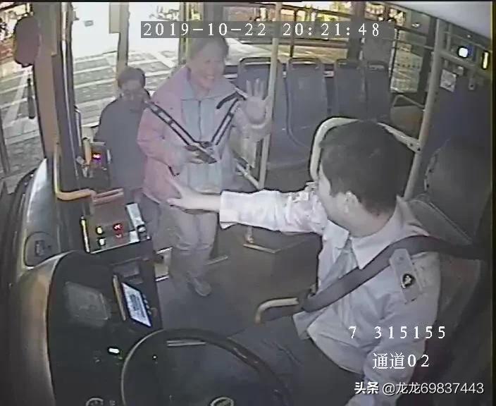公交司机助游客乘客 小举彰显古城人好品质