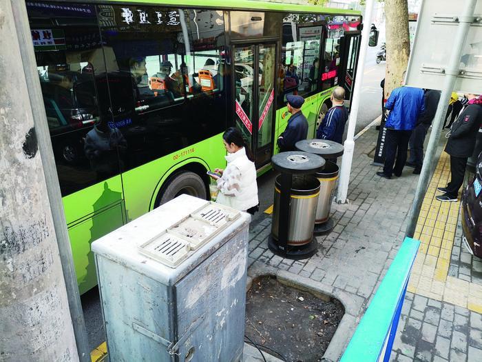 ?#24739;?#22823;坑不见树 市民经过绕道行   西?#24067;?#24066;拐公交车站旁树坑该填了