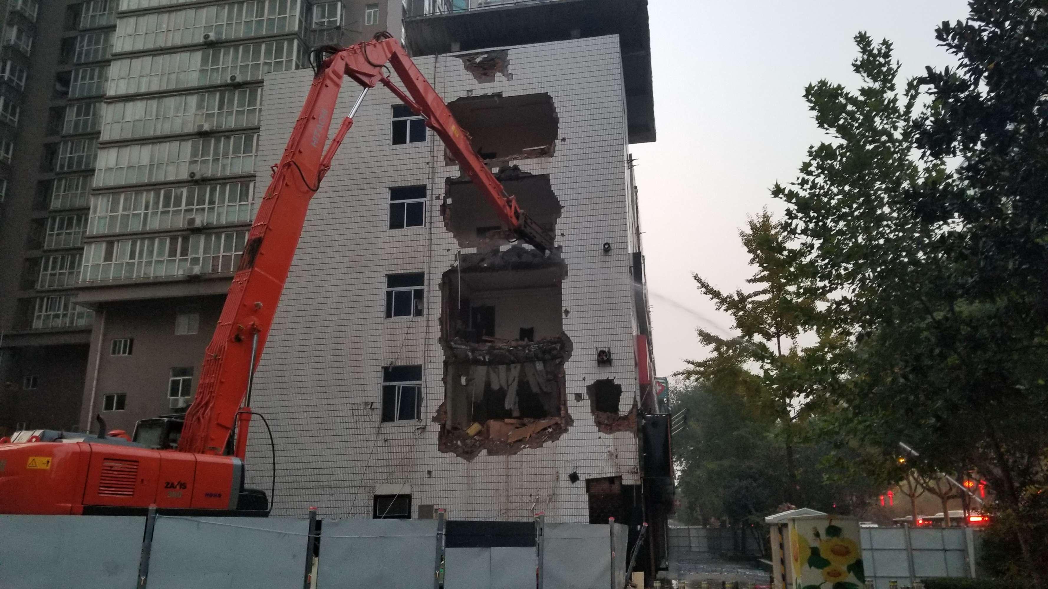 影响邻居消防安全存隐患 西安北郊一栋5层违建办公楼被拆