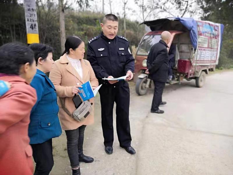 南郑交警大队开展山区和村村通公路交通安全整治