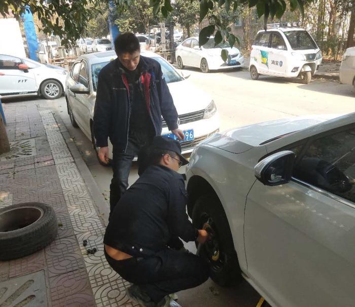 """外地车辆路边""""趴窝""""      西安民警帮忙换胎"""