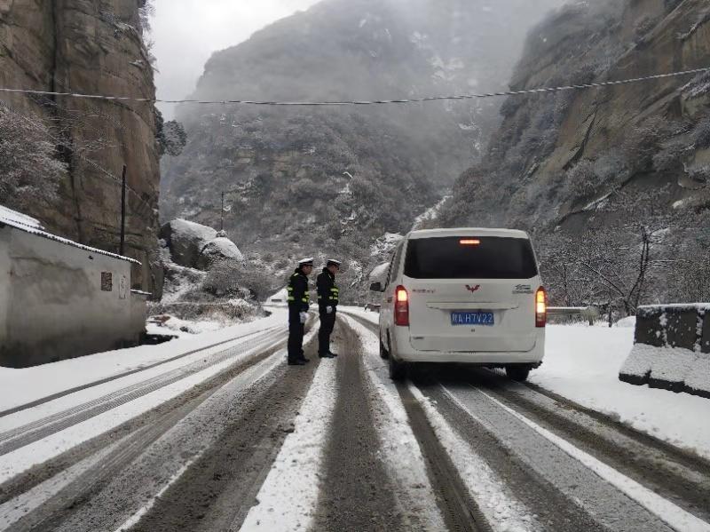 华阴交警全力保障辖区低温雨雪冰
