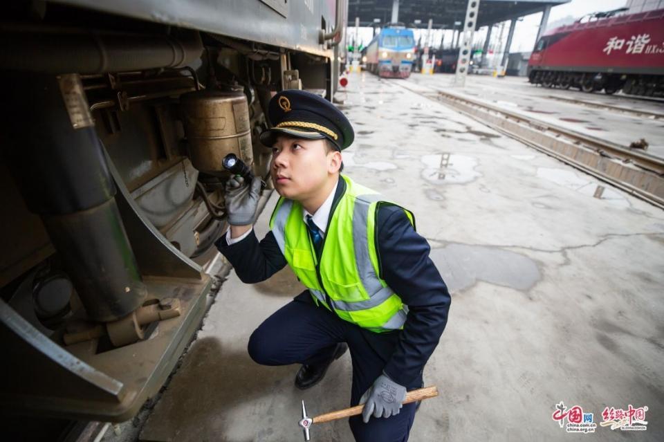 新春走基层丨火车司机的春运首日