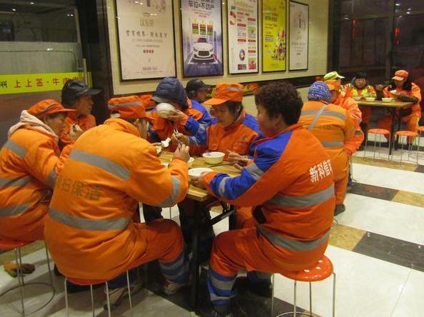 正能量! 7位大厨每天轮流做早餐 稀饭馒头送保洁员免费吃
