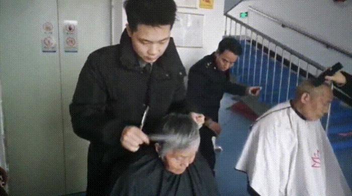 80后小伙连续5年为老人义务理发