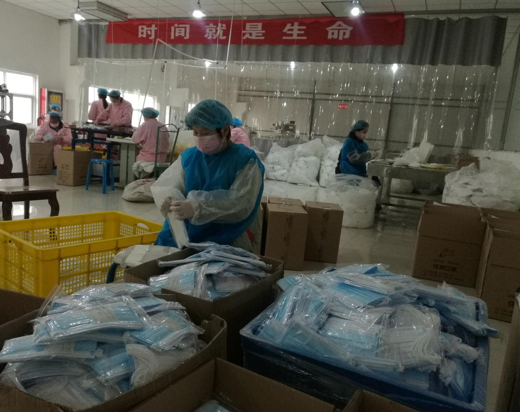 抗疫一线 西安沣京工业园疫情防控物资生产两不误,记者直击口罩和消毒液生产线