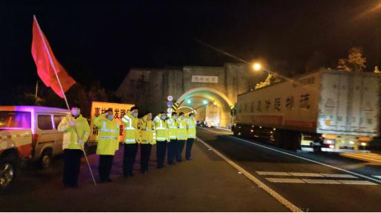 紧急驰援!陕西交通集团冬夜保障550吨驰援物资通行
