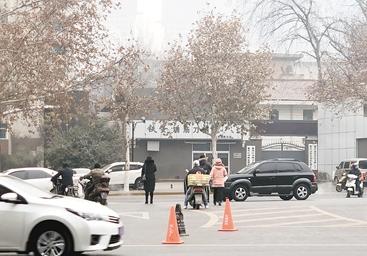 """西安交警对电视塔盘道北口""""微改造"""" 行人过街只需40秒"""