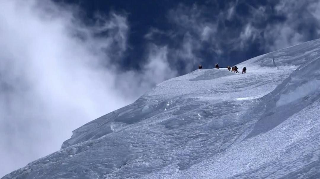 新闻周刊丨来之不易的珠峰登顶,攀登者经历了哪些挑战?