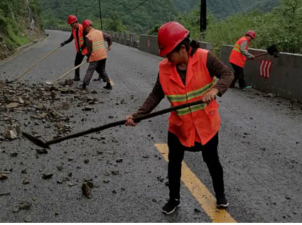 108國道周至山區段多處塌方!西安公路局全力搶修,可單車道通行