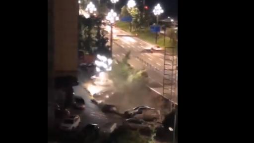 现场惊心!宜宾市翠屏区突发路面塌陷,多辆汽车瞬间被埋