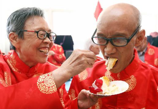"""15对金婚夫妇社区过""""七夕""""古稀老人分享爱情""""保鲜""""秘诀"""