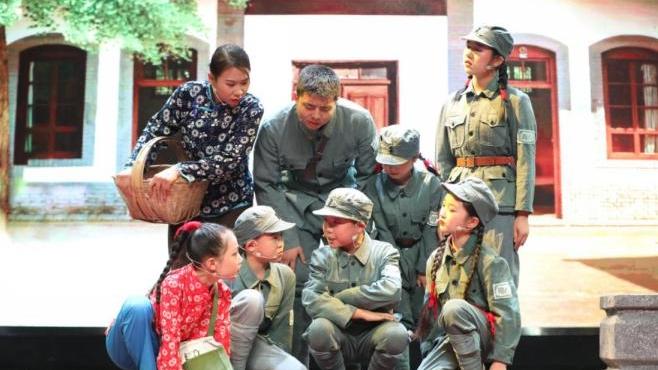 《送你去延安》少儿红色题材舞台剧在陕西师范大学实验小学首演