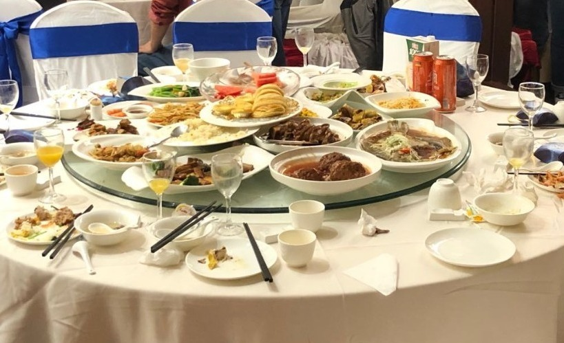 十桌剩饭菜倒满一大桶,婚宴浪费仍触目惊心