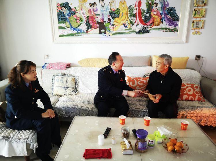 汉中开发区税务局重阳节走访慰问离退休老干部