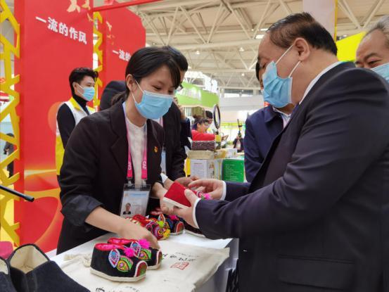陜西省駐村第一書記的扶貧故事