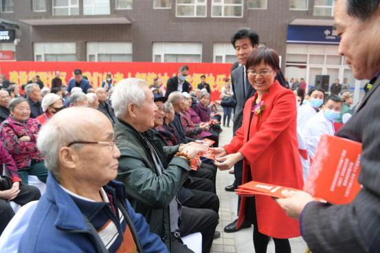 ?发钱啦!重阳节物业给125位老人发红包