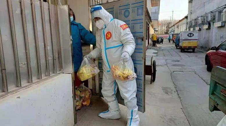 北京顺义疫情中风险区域:工作人员日�L夜坚守 居民生活物资充〓足