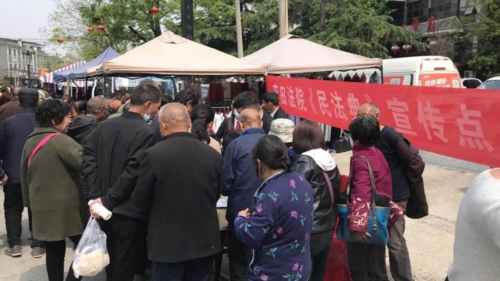 蓝田法院利用上巳节会开展法律服务
