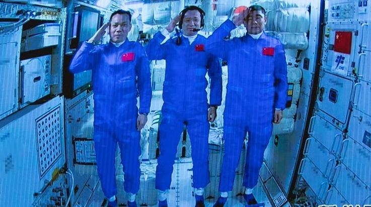 """3名航天员成功飞天入驻""""天和"""" 中国载人航天事业启航新征程"""