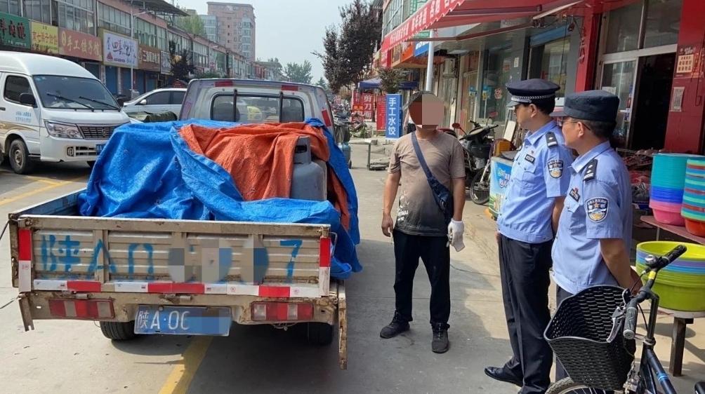 阎良警方查获非法运输的24个液化气罐消除安全隐患