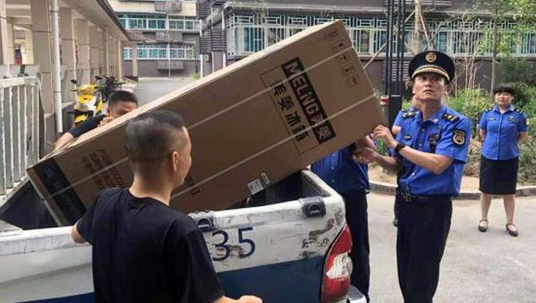 雁塔城管给九旬老人送来电冰箱