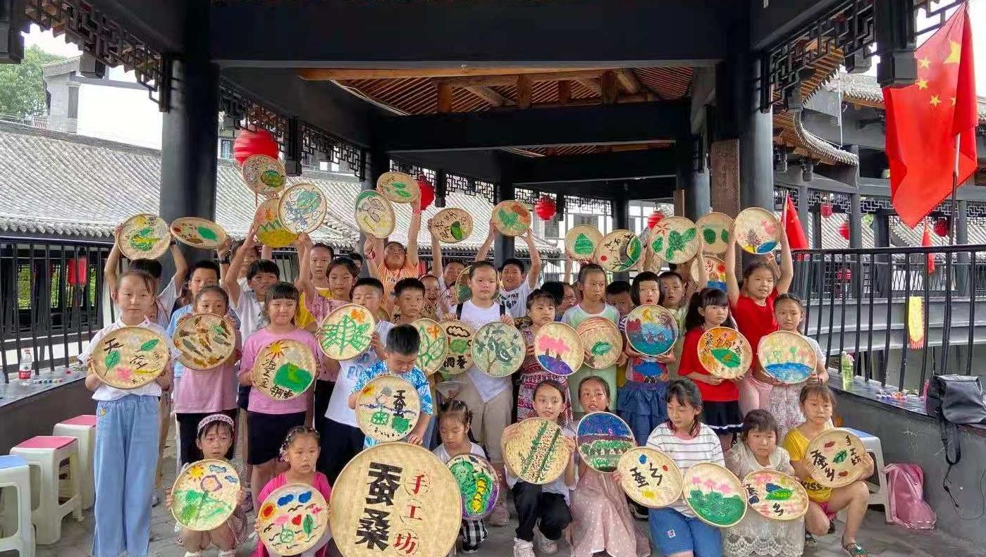 石泉县学生利用暑期研习蚕桑文化