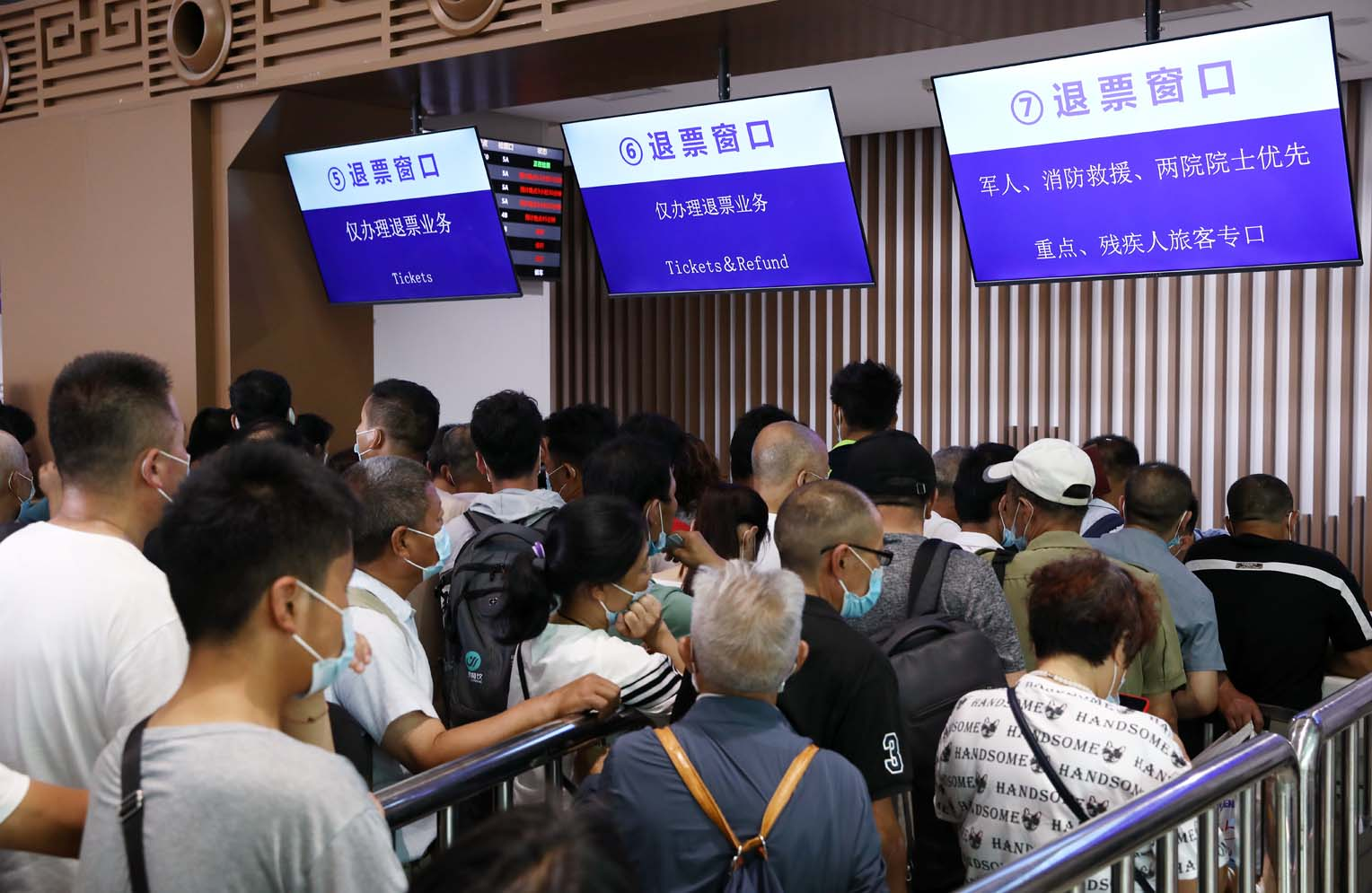 受强降雨影响 西安火车站旅客排队退票井然有序