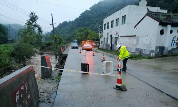 蓝田这里山体塌方,西安公路管理局蓝田公路段齐心协力保平安