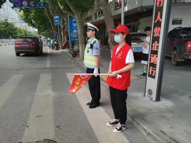 """泾阳县""""志愿红""""+""""交警蓝"""" 小路口见证大文明"""
