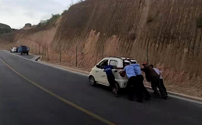 傍晚车辆山路上发生故障 长武交警推车施助获赞