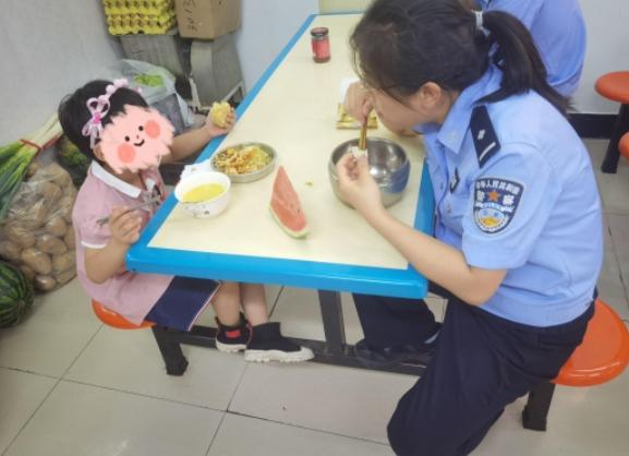 爸爸盗窃被刑拘 5岁女儿住进派出所  看护女警日记让人泪目