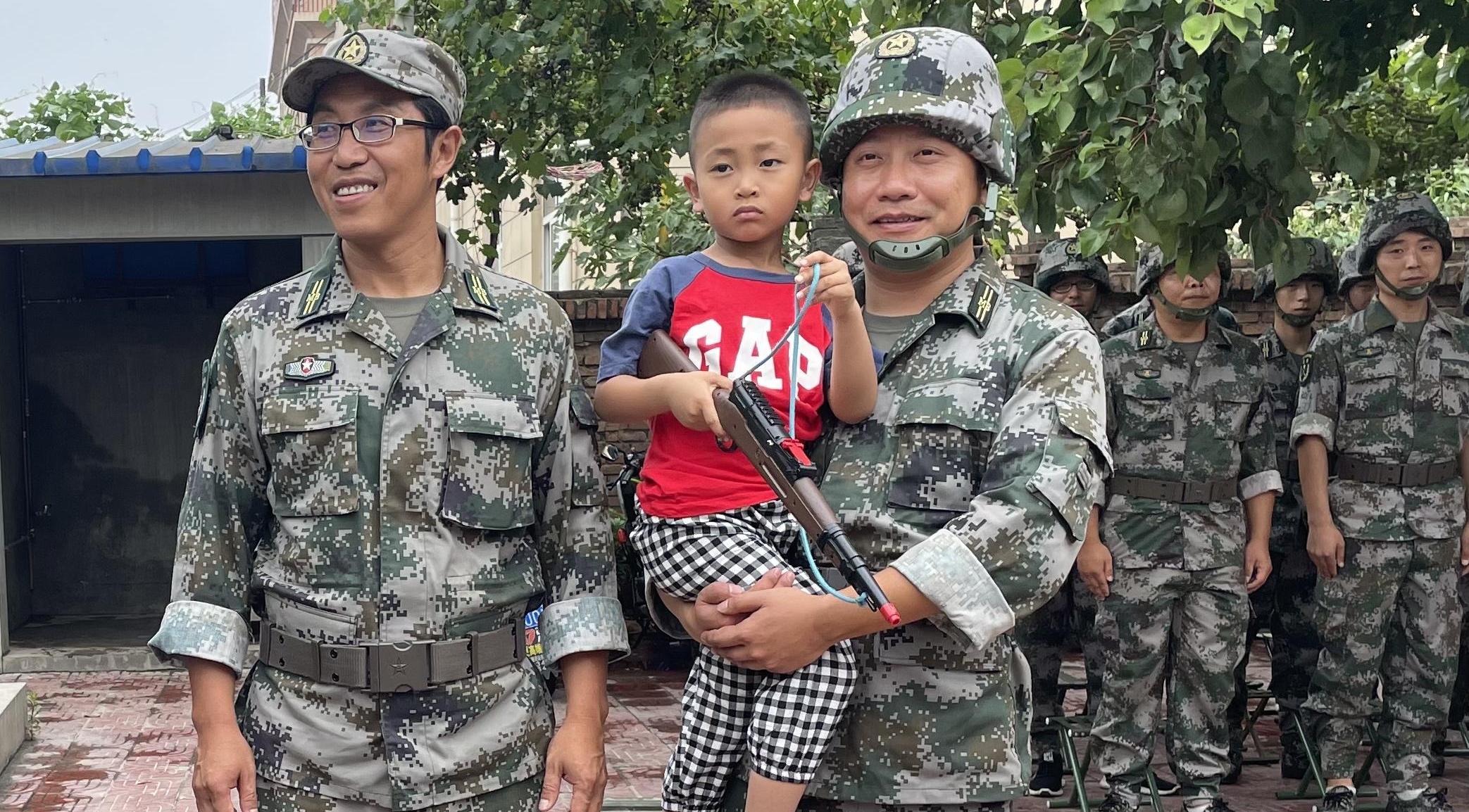 宝鸡:孩子左脚卷入自行车后轮 两位民兵战士及时出手相助