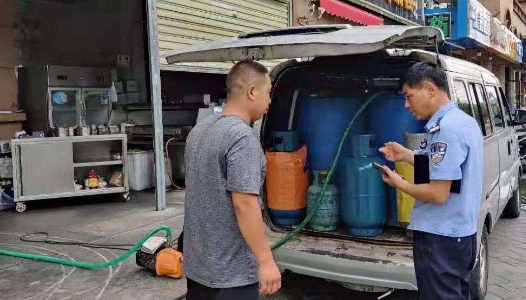 胆大!男子用私家车运送液化气