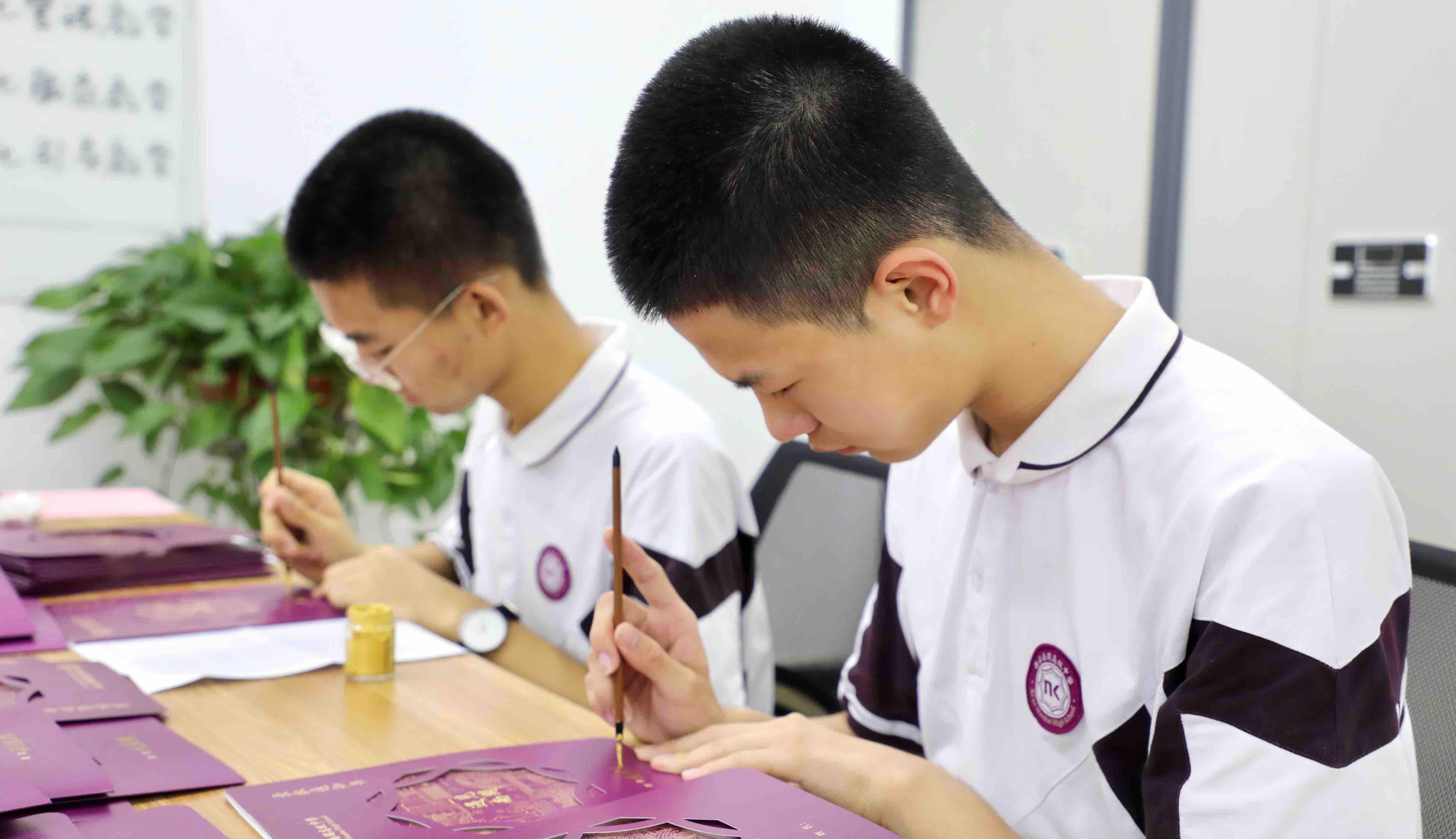 高二学生用毛笔为271名新生手写录取通知书