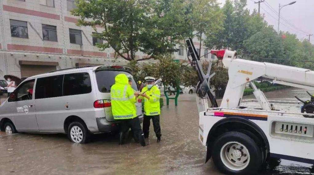 暴雨红色预警 公安鄠邑交警全警上阵疏导交通保安全