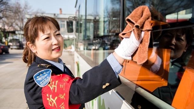 火炬手法晓芳:在十四运会中做好公交人的贡献